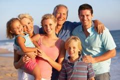 Un ritratto di una famiglia delle tre generazioni sulla spiaggia Fotografia Stock Libera da Diritti