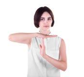 Un ritratto di una giovane donna che mostra gesto del ` di tempo del ` fuori Una ragazza con un atteggiamento isolata su un fondo immagini stock libere da diritti
