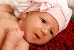 Un ritratto di una neonata sveglia con i grandi occhi azzurri immagine stock libera da diritti