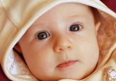 Un ritratto di una neonata sveglia con i grandi occhi azzurri fotografie stock