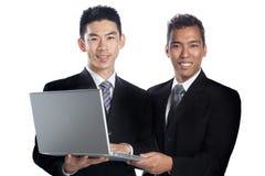 Un ritratto di una presentazione asiatica dei due professionisti Fotografie Stock Libere da Diritti