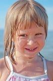 Un ritratto di una ragazza con le gocce di acqua sul suo fronte Fotografie Stock