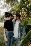 Un ritratto due di bello giovane adulto caucasico moderno sveglio Guy Boyfriend Lady Girlfriend Couple che abbraccia e che bacia  immagini stock