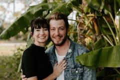 Un ritratto due di bello giovane adulto caucasico moderno sveglio Guy Boyfriend Lady Girlfriend Couple che abbraccia e che bacia  fotografie stock libere da diritti