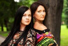 Un ritratto esterno di due giovani donne Immagine Stock Libera da Diritti