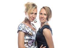 Un ritratto isolato di due sorelle diritte su bianco Immagini Stock
