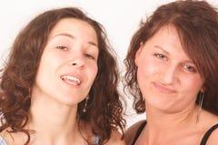 Un ritratto scettico delle due giovani donne Immagine Stock