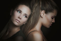 Un ritratto studio delicato di due di giovane donne fotografia stock libera da diritti