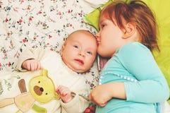 Un ritratto sveglio di due bambini fotografie stock libere da diritti