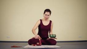 Un rituel très spirituel lié au yoga pratiquent exécuté par le gourou de yoga banque de vidéos