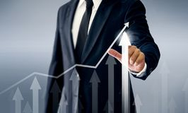 Un riuscito uomo d'affari, mani tocca il grafico che rappresenta gli aumenti di profitto sopra molto più fotografia stock libera da diritti