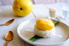 Un riz collant de mangue thaïlandaise traditionnelle de dessert et de noix de coco douce image libre de droits