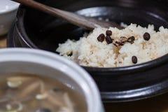 Un riz visqueux coréen servi pendant le dîner images stock