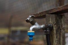 Un robinet extérieur pour un tuyau d'arrosage images stock