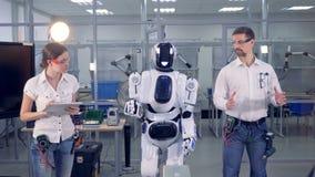 Un robot copie des mouvements du ` s d'homme banque de vidéos