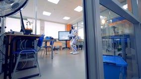 Un robot est dans une chambre clips vidéos