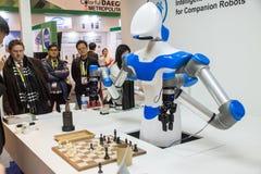 Un robot joue aux échecs à CES 2017 Photo libre de droits