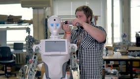 Un robot operativo ha sua testa lavorata sopra video d archivio