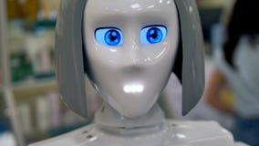 Un robot parla con nuovi clienti archivi video