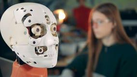 Un robot que se mueve los ojos Humanoid e ingeniero futuristas almacen de metraje de vídeo