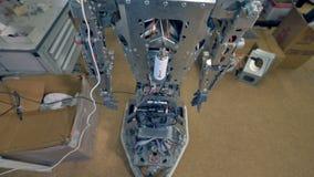Un robot sans corps externe soulève les deux bras banque de vidéos