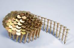 Un rodillo de los clavos para el arma del clavo de un constructor. Foto de archivo