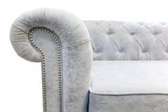 Un rodillo, una barandilla de un sofá ligero con los remaches en un fondo blanco fotografía de archivo