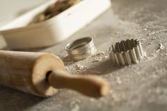 Un rodillo y un equitment el cortar para cortar las galletas de la pasta de la galleta en una tabla de cocina con mucha harina imagenes de archivo