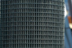 Un rollo de la malla de acero Fotos de archivo