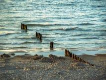 Un rompeolas de madera, mar Báltico, Polonia Foto de archivo