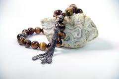 Un rosario brillante hermoso, usando un hombre musulmán fotos de archivo libres de regalías