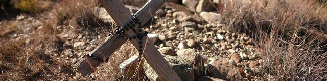 Un rosario su una tomba fotografie stock
