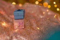 Un rose et des cadeaux bleus sur un fond brillant de corail image stock