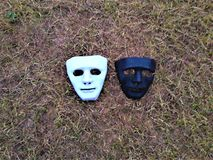Un rostro humano enmascara en la tierra fotografía de archivo