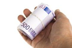 Un rotolo dell'euro 500 a disposizione isolato Fotografia Stock
