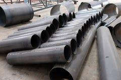 Un rotolo della conduttura del metallo, attesa nella costruzione Immagini Stock