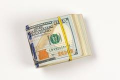 un rotolo di 100 banconote in dollari isolato su fondo bianco Fotografie Stock Libere da Diritti