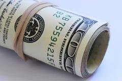 Un rotolo di cento banconote in dollari Fotografie Stock Libere da Diritti