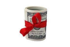 Un rotolo di cento banconote in dollari legate con il nastro rosso su bianco Fotografia Stock
