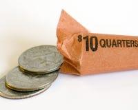Un rotolo di dieci dollari dei quarti americani si apre all'estremità Fotografie Stock