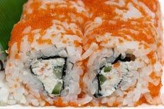 Un rotolo di due sushi di Uramaki Fotografia Stock
