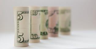 Un rotolo di soldi, evidenziato su un fondo bianco, un posto per il testo Fotografia Stock