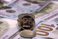 Un rouble contre fond de dollar US photo stock
