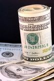 Un rouleau de billets de vingt dollars sur des centaines Photo libre de droits