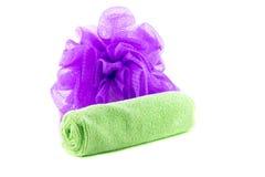 Un rouleau de serviette verte avec l'éponge pourpre Photos libres de droits