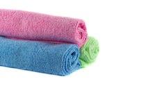 Un rouleau de serviettes vertes, bleues et roses Photographie stock