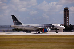 Un roulement sur le sol d'Airbus A320 de lignes aériennes d'esprit Photo stock