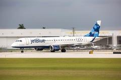 Un roulement sur le sol d'avions d'Embraer 190 de lignes aériennes de Jetblue Images libres de droits