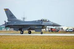 Un roulement sur le sol de faucon du combat F-16 Photographie stock