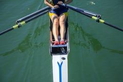Un rowing de la chica joven en barco Imagen de archivo libre de regalías